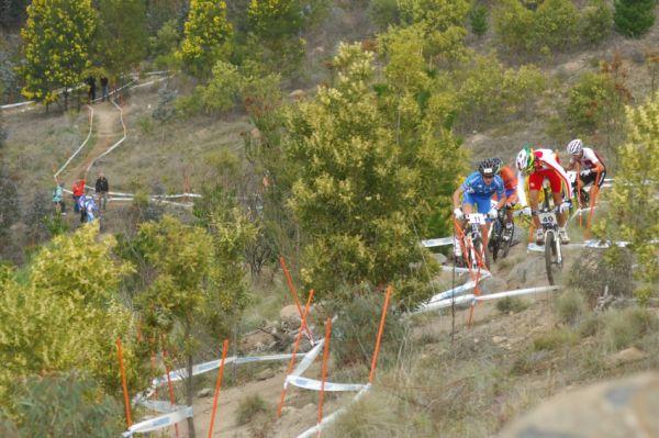 Mistrovství světa MTB XC 2009, Canberra - junioři: formujícíse vedoucí skupinka v prvním stoupání