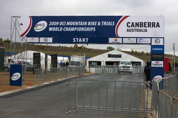 Mistrovství světa MTB 2009, Canberra 1. den - startovní brána téměř hotová