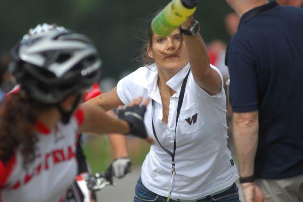 Mistrovství světa v MTB maratonu 2009 - Graz /AUT/: pokus o předávku nebo o sestřelení závodnice bidonem?