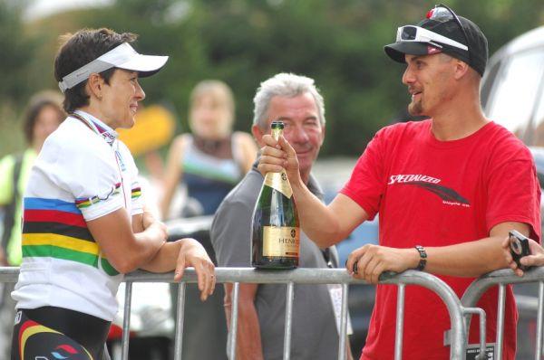 Mistrovství světa v MTB maratonu 2009 - Graz /AUT/: Spitz a mechanik Specializedu Benno. O čem asi mluví?!