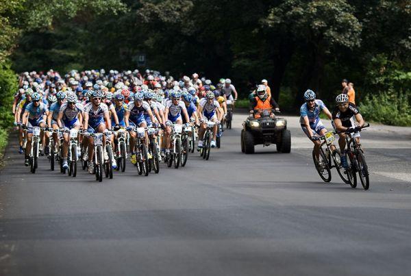 KPŽ AM bikemaraton ČS Karlovy Vary 2009 - zábava na čele