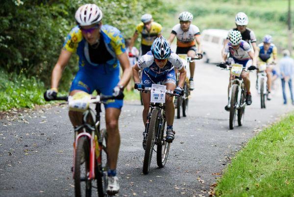 KPŽ AM bikemaraton ČS Karlovy Vary 2009 - Jana Kábrtová a za ní jedoucí Pavlína Černá v zajetí mužů...