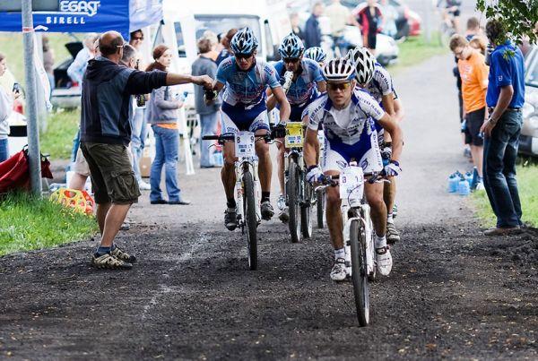 KPŽ AM bikemaraton ČS Karlovy Vary 2009 - Jirka Lutovský dává gel Pavlu Zerzanovi