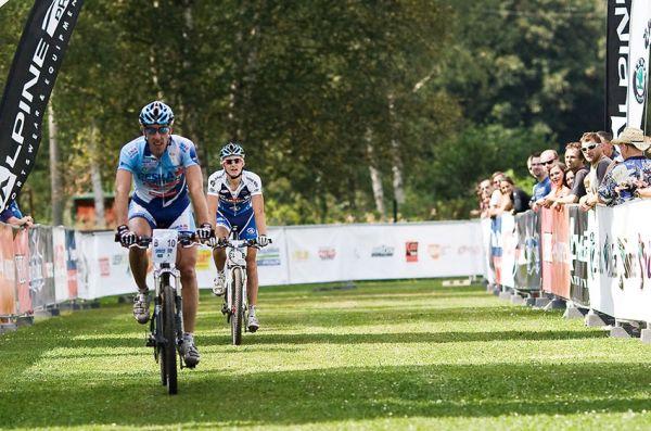 KPŽ AM bikemaraton ČS Karlovy Vary 2009 - třetí v cíli 50 km Milan Spěšný před Jakubem Šilarem