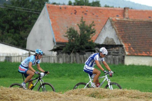 Fin�le Jiho�esk�ho poh�ru MTB 09 v Novosedlech - Ivan Ryba��k a Milan Sp�n� na �ele po prvn�m kole
