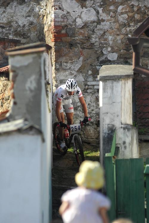 Finále Jihočeského poháru MTB 09 v Novosedlech - průjezd 70 cm širokou uličkou