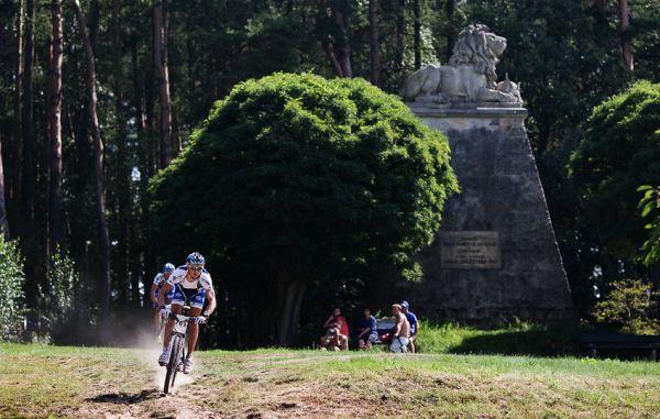 Podkrkonošský maraton 2009 - u památníku Viléma Konecchlumského v Konecchlumí