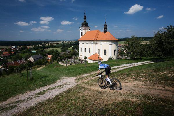 Podkrkonošský maraton 2009 - kostel a přímo pohádková krajina v Konecchlumí
