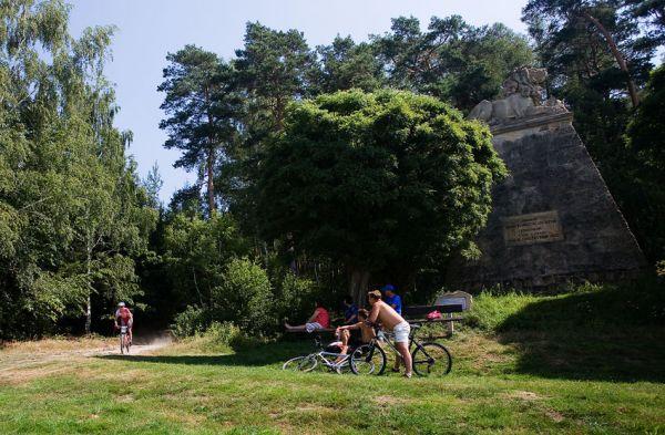 Podkrkonošský maraton 2009 - Zelený projíždí okolo pamatníku v Konecchlumí