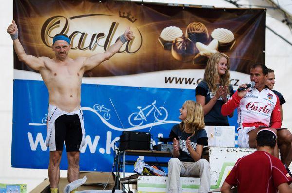 """Podkrkonošský maraton 2009 - show spíkra Luboše Tomana při tombole a jeho """"oběť""""..."""
