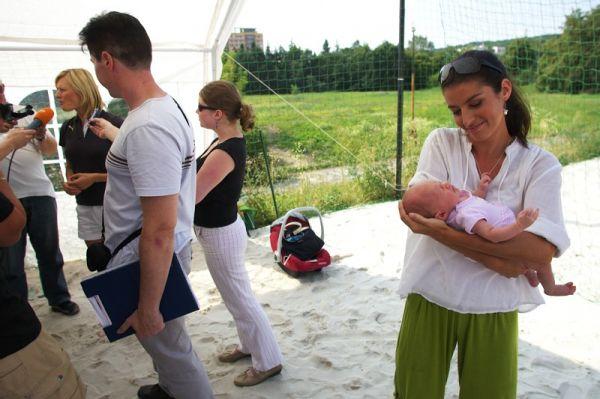 Sport Invest setkání sportovců 18.8.2009 - Při rozhovorech s Lenkou Šmídovu musela zaskočit náhrada, malá Vikinka totiž pěkně řvala