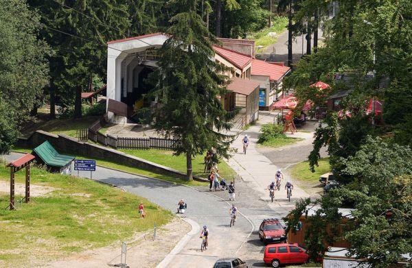KPŽ Ještěd Tour 2009 - začátek nejprudšího stoupání u dolní stanice lanovky na Ještěd