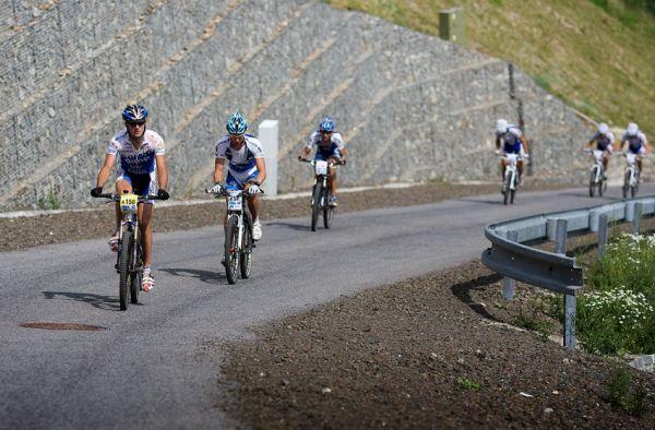 KPŽ Ještěd Tour 2009 - první skupina v místě nejprudšího stoupání u můstků