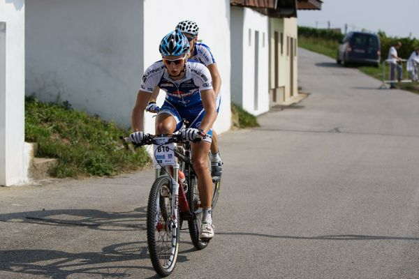 KP� Cyklobran� Jevi�ovka 2009 - u rakousk�ch skl�pk� z hlavn� skupiny odsko�ili Jakub �ilar a Honza Fojt�k
