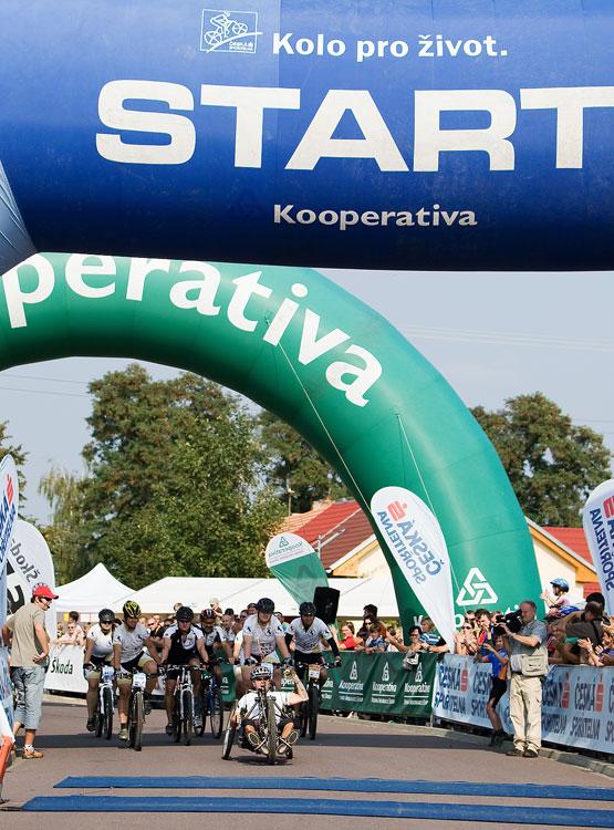 KP� Cyklobran� Jevi�ovka 2009 - velk� aplaus div�k� v c�li sklidil voz��k�� Zden�k Kirch, kter� Jevi�ovku zdolal na handbiku