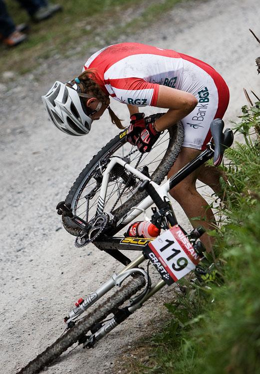SP XCO Champéry 2009 juniorky - problém se zaseknutým článkem řetězu Polky Weroniky Rybarczyk