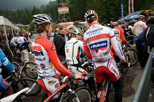 SP XCO Champéry 2009 - česká ekipa se jde řadit na start