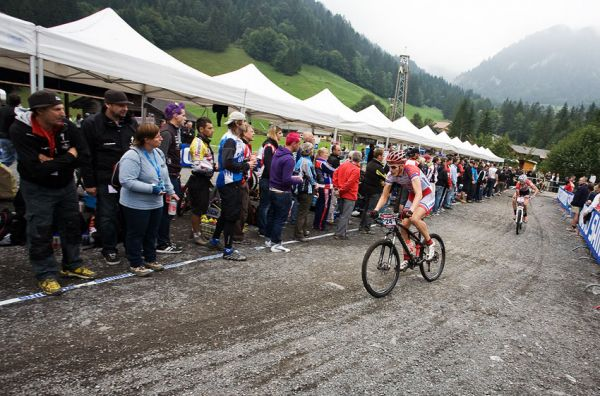 SP XCO Champéry 2009 - Jarda Kulhavý najíždí do prvního ostrého kola na 15. pozici