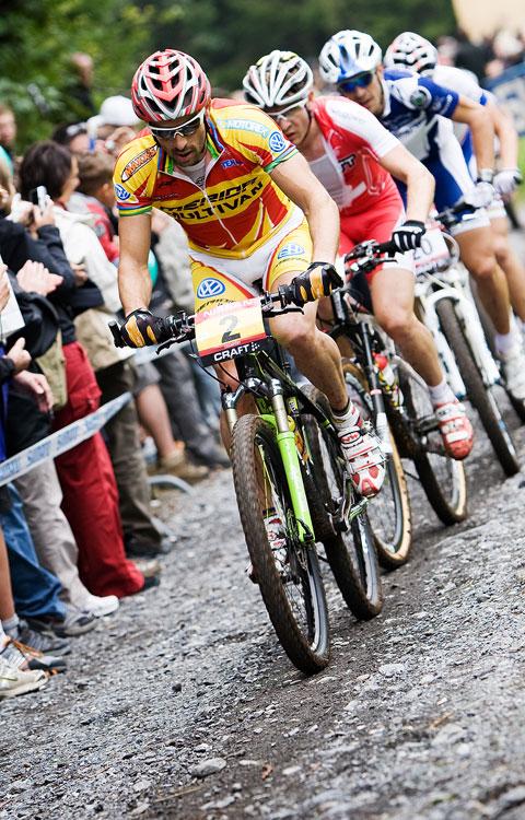 SP XCO Champ�ry 2009 - hned za Alexisem Vuillermozem t�hnul vl��ek Jos� Antonio Hermida