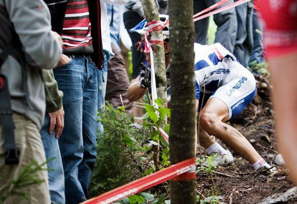 "SP XCO Champ�ry 2009 - jeden z mnoha p�d�.... ""ml�ko"" m�lem skalpovalo Cedrica Ravanela"