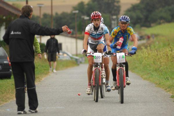 Mistrovstv� �R v MTB maratonu - Specialized Rallye Sudety '09: vedouc� skupinka u� bez zabloudiv��ho Job�nka