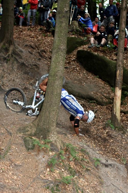 Mistrovství ČR v MTB maratonu - Specialized Rallye Sudety '09: Ivan Rybařík zkoumá sjezd na Hvězdě (foto: Jana Martinková - cyklotrenink.com)