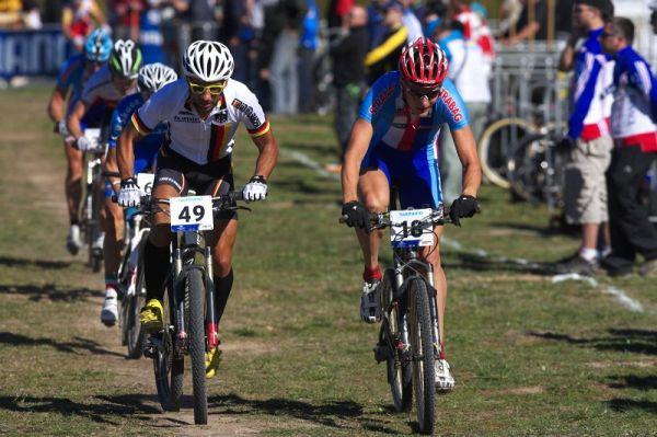 Mistrovství světa MTB XCO 2009 - Canberra /AUS/ - Jaroslav Kulhavý si klestí cestu vpřed
