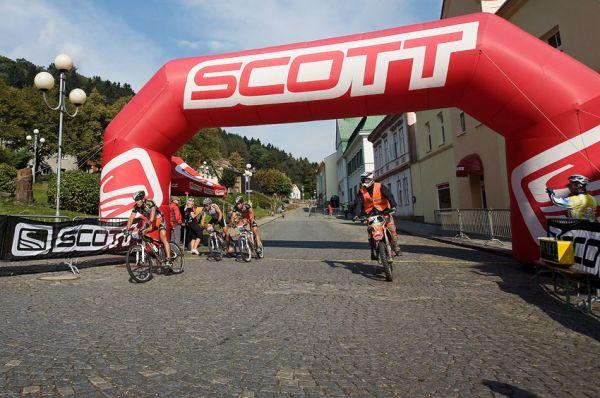 Scott Žacléřská 70 MTB 2009 - finiš nejlepšího družstva Žacléřské 70 - Scott Scania