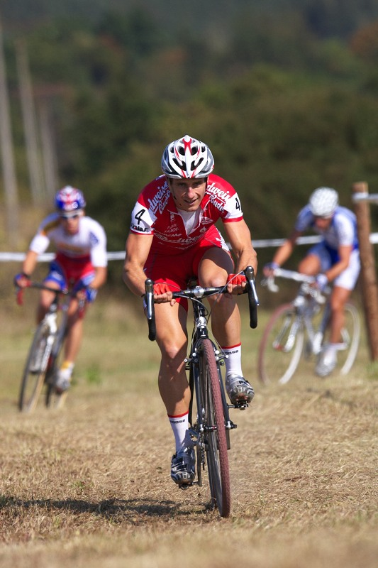 Cyklokros - Toi Toi Cup 2. závod, Stříbro 26.9. 2009 - Martin Bína a jeho náskok v prvním okruhu