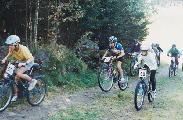 Jiří Ňumi Novák - první závod Cyklon Cup Jablonec n. N. - Jirka jede v modrobílém dresu s číslem 55