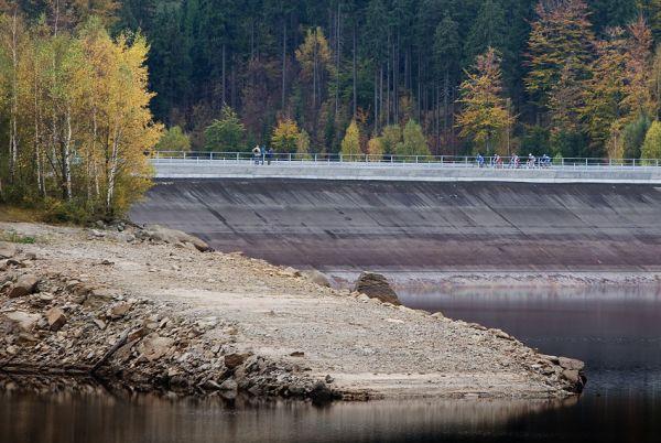 Nova Author Cup 2009 - první závodníci přijíždějí na hráz Josefodolské přehrady