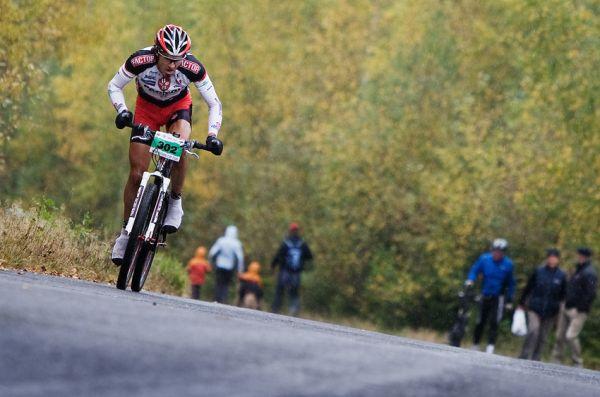 Nova Author Cup 2009 - odjetý Robert Giovan Novotný vyjíždí prudký kopec od přehrady a míří k cíli