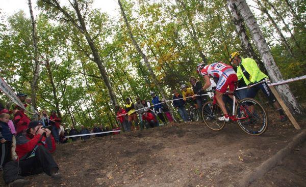 Cyklokros Toi Toi Cup - 10.10. 2009 Kolín - Jaroslav Kulhavý jako jeden z mála vyjížděl prudké stoupání