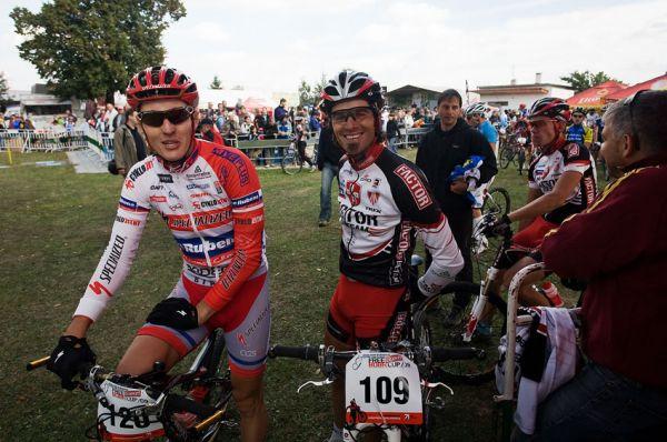 Free Litovel Bobr Cup 2009 - mezit�m se na p�ed�vku p�ipravovali bike�i, zde s �sm�vem Jarda Kulhav� a Robert Novotn�