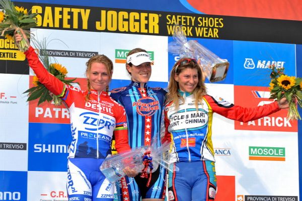 Světový pohár v cyklokrosu - 1. závod 3.10. 2009, Treviso/Itálie - Američanka Kathie Compton úspěšně přeskočila z MTB, foto: Armin Küstenbrück