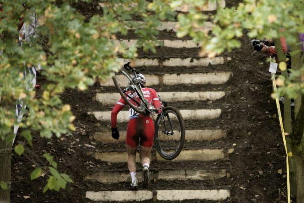 Sv�tov� poh�r v cyklokrosu #2, Plze� 18.10.2009 - Martin B�na na plze�sk�ch schodech