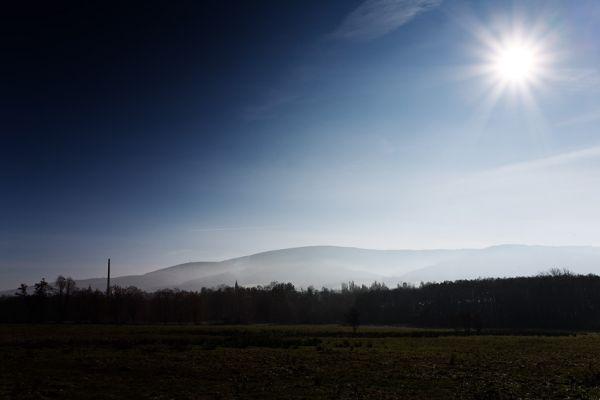 ČeMBA Singltrek pod Smrkem 2009 - před Novým Městem pod Smrkem, vzadu je pohoří Jizerských hor s polským Stogem Izerskim a českým Smrkem