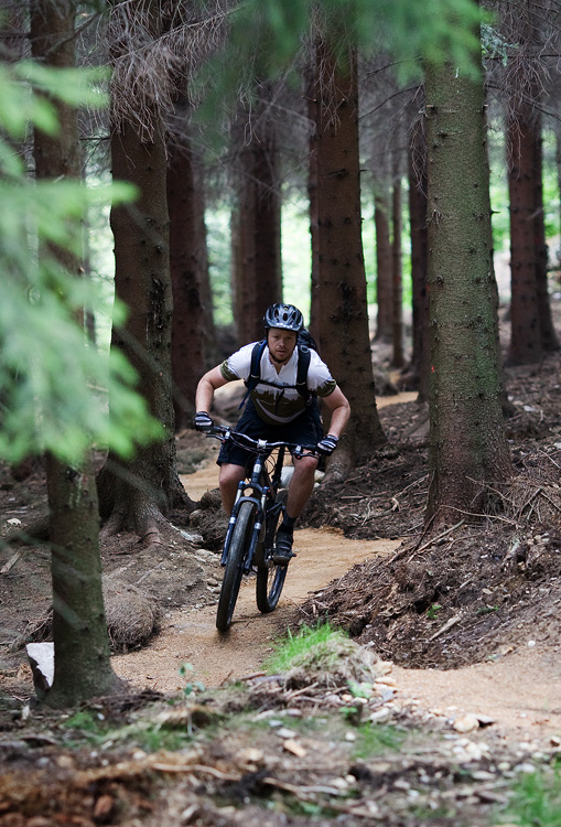 ČeMBA Singltrek pod Smrkem 2009 - Tomáš Kvasnička jízdou kontroluje provedení trailů