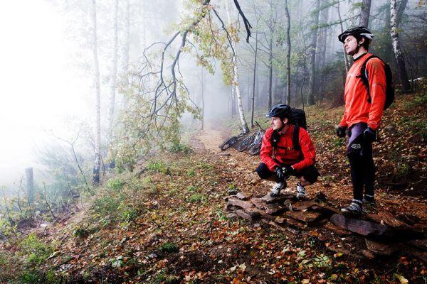 ČeMBA Singltrek pod Smrkem 2009 - pózující Petr s Honzou