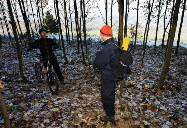 ČeMBA Singltrek pod Smrkem 2009 - starosta Nového Města p. Smrkem Pavel Smutný se v neděli sám od sebe vydal na odstraňování padlých stromu a větví po sněhové kalamitě