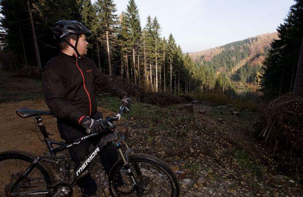 ČeMBA Singltrek pod Smrkem 2009 - na konci jenoho trailu, vzadu na protějším kopci vede další stezka