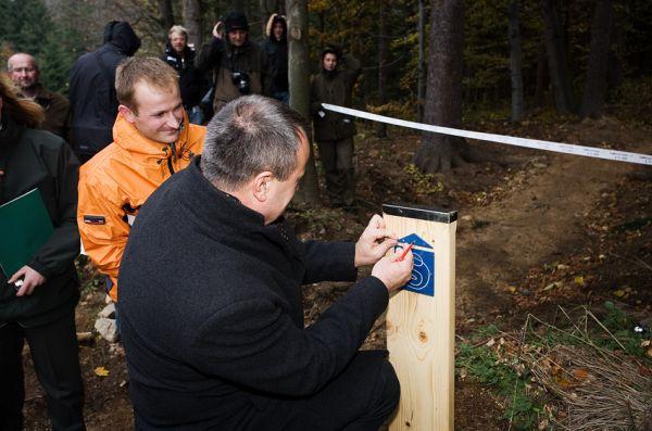 ČeMBA Singltrek pod Smrkem 2009 - hejtman Libereckého kraje Stanislav Eichler přidělává nové označení stezek