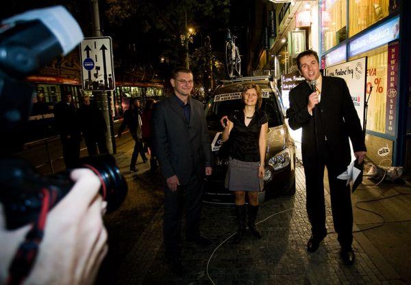 KPŽ Finálový večer 2009 - před vchodem do Retro Music Hall proběhlo předání hlavní ceny vítězce Finálové hry