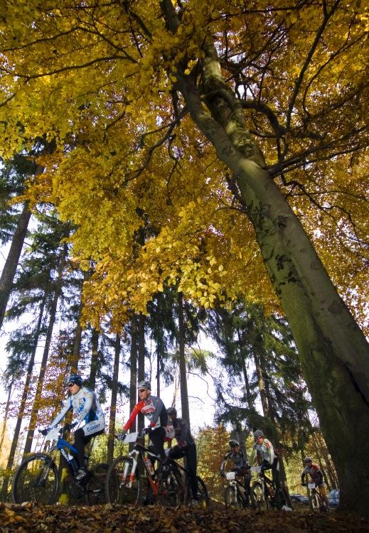 Winter Trans Brdy 2009 - vedoucí skupina na brdském hřebenu