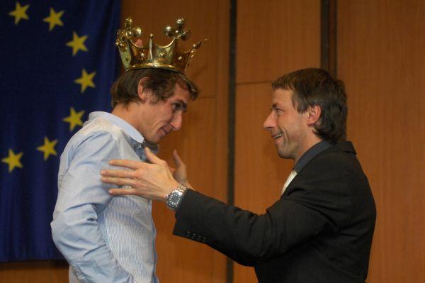 Král cyklistiky 2009 - Roman Kreuziger přebírá korunu krále cyklistiky od primátora Pavla Béma