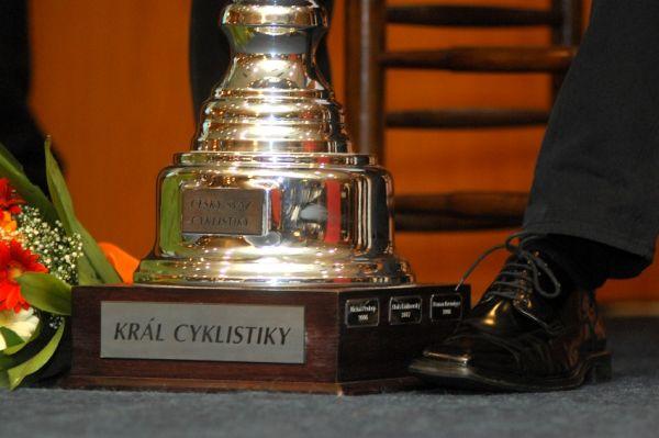 Král cyklistiky 2009 - na trofeji je i štítek se jménem dosud jediného bikera Michala Prokopa z roku 2006
