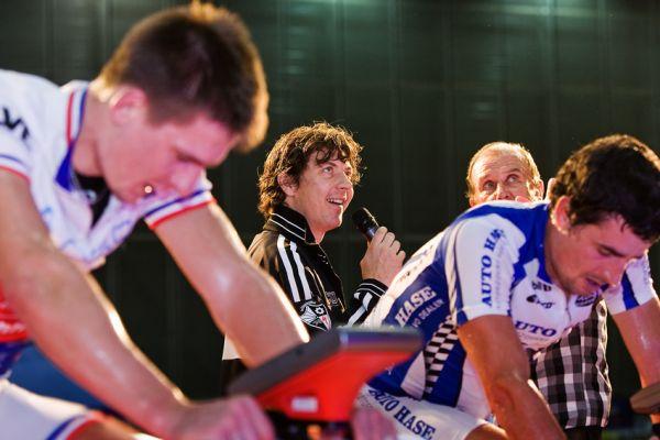Bike Brno 2009 - závody na trenažérech - zhodnotit výkon svých závodníku přišel i týmový manažer Odla Specialized Radim Kořínek
