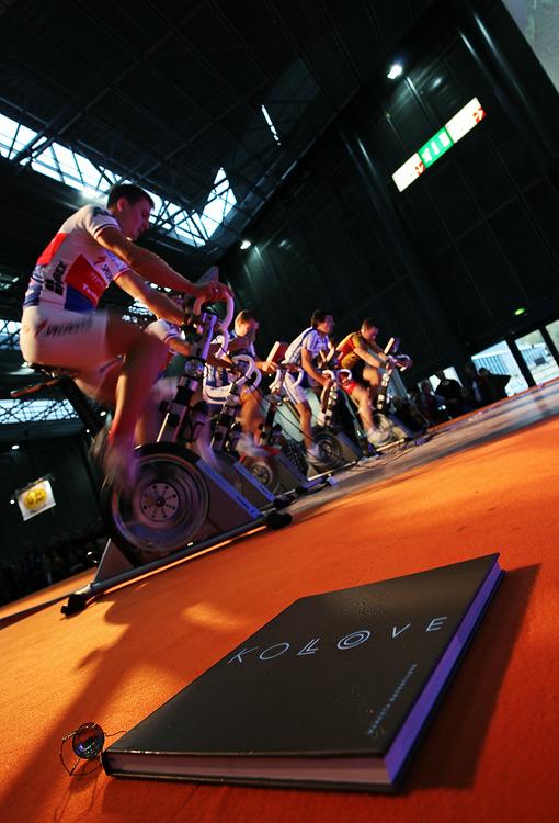 Bike Brno 2009 - závody na trenažérech - před závodem se křtila nová kniha Markéty Navrátilové