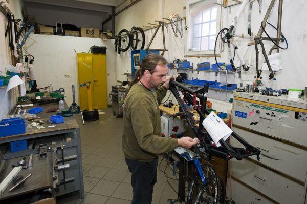 Nicolai 2009 - návštěva výroby - montáž rámů a zakázkových kol