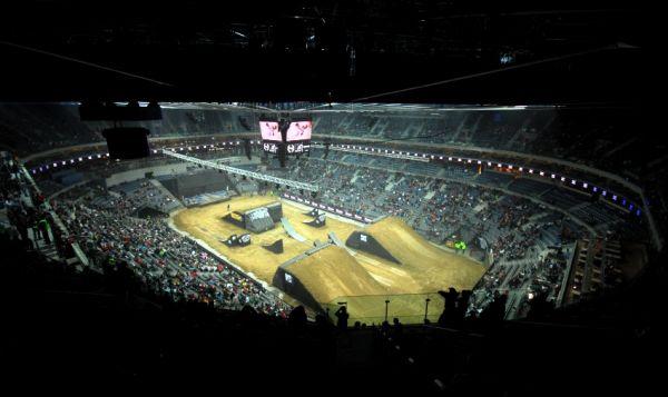 FMX Gladiator Games 2009, Praha: plnící se O2 Arena